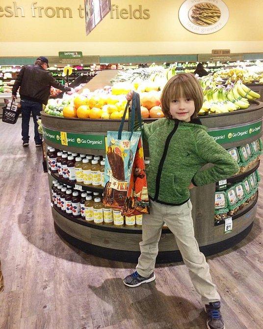 Henry se snaží lidem vštípit, aby na nákup nosili své vlastní látkové tašky a nepoužívali igelitové.
