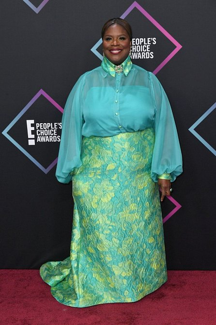 Reta se nebála barev a zvolila velice netradiční modrozelené šaty, které trochu připomínají její africké kořeny. Super.