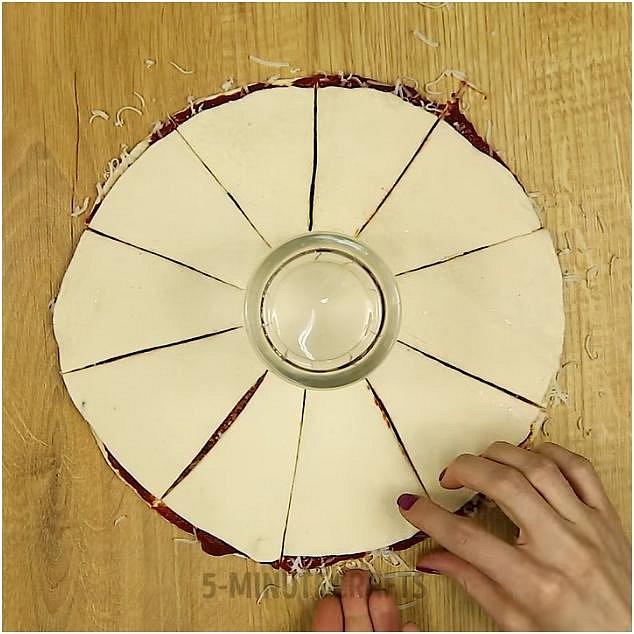 Přiklopte druhým dílem těsta a doprostřed položte skleničku. Těsto nařízněte na díly, ale pod skleničkou zůstane spojeno.