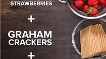 Co budete potřebovat: čerstvé jahody, grahamové sušenky a ušlehanou šlehačku (množství dle mísy, kterou budete plnit)