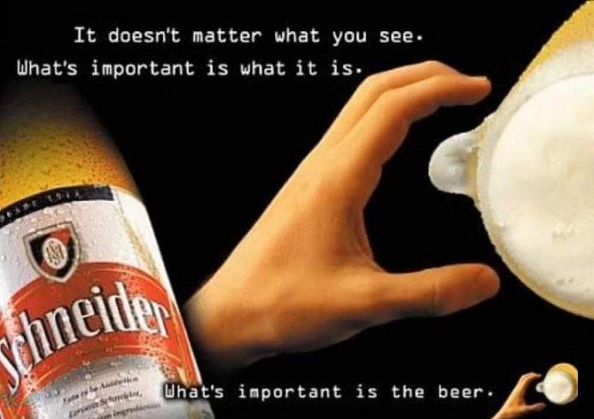 Ta ruka chytá pivo, na které se díváme z vrchu.