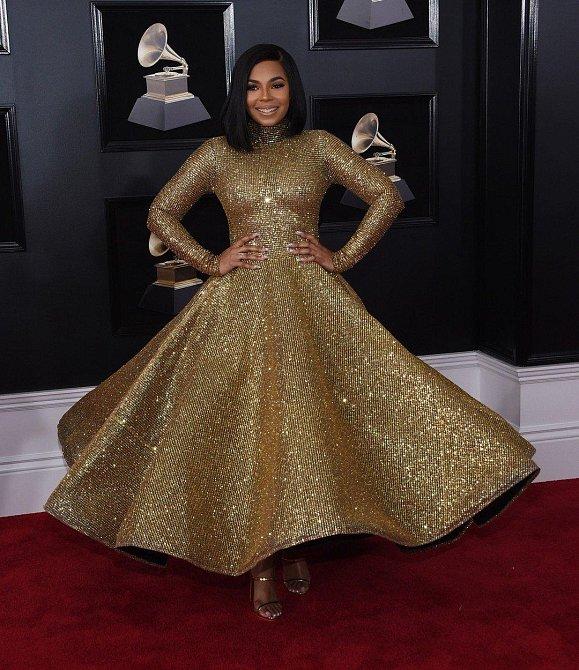 Ashanti byla ve svém ohromné zlaté róbě nepřehlédnutelná. Doslova zářila!
