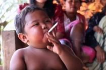 Tyto fotografie šokovaly svět: Aldi Riza kouřil ve dvou letech 40 cigaret denně! Co je s ním dnes?