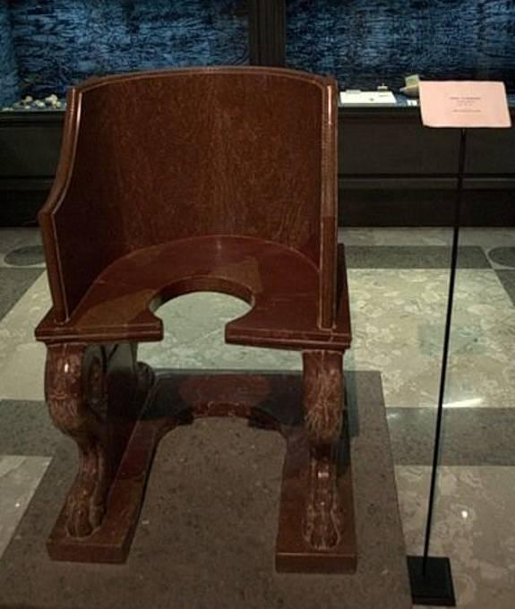 Stolička, na které prý bylo papežům kontrolováno pohlaví