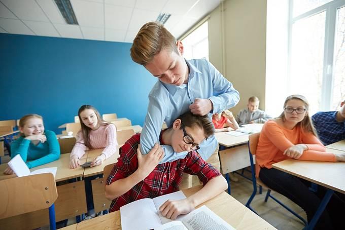 Ve školních letech nejspíš šikanoval spolužáky. Dnes už nemusí být agresivní fyzicky, ale zato vás týrá na psychické úrovni.