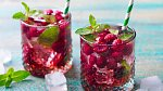 Obyčejná voda s čerstvým ovocem nebo zeleninovými plátky jí dodá chuť a snáz zapomenete na slazené minerálky.