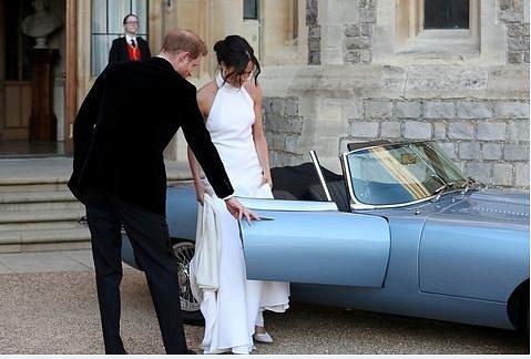 Novomanželé odjíždějí na svatební večírek.