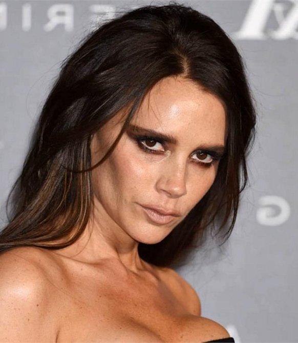 Victoria Beckham platí za módní ikonu, i ona však umí s kouřovým líčením přestřelit.