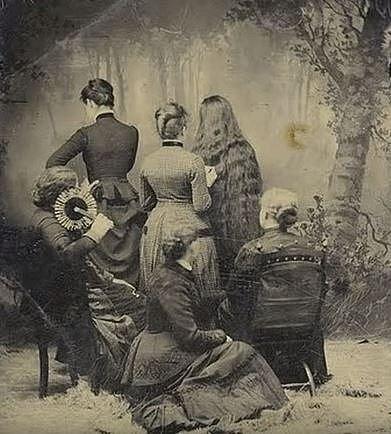 Ženy na této fotografii držely smutek za mrtvé členy rodiny.