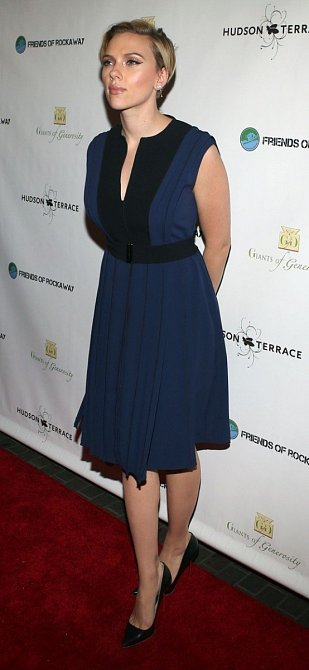 Na charitativním koncertě už měla vlasy výrazně zkrácené a promelírované. Modré krátké šaty jsou skvělé.