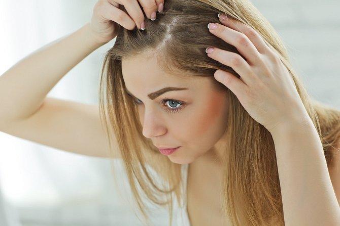 Nezapomínejte na péči o vlasovou pokožku.