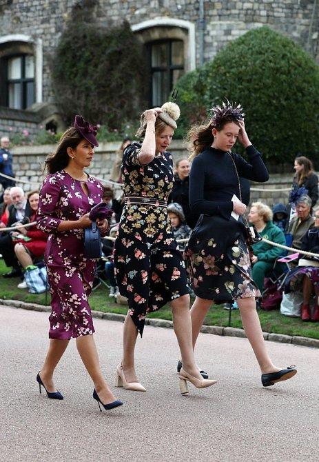 Květinové vzory byly hojně zastoupeny. Samozřejmostí je na královské svatbě klobouk.
