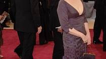 Fialové šaty v roce 2006 poutaly pohledy fotografů.