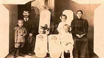 Toto byl opravdu podivný zvyk. Rodiny si často pořizovaly snímky se svými zesnulými členy. Na této fotografii jsou naposledy zvěčněná zesnulá dvojčátka.
