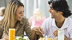 Muži milují, když se žena v jejich přítomnosti pořádně nacpe. Říká tím totiž, že má sebevědomí a je to požitkářka. A to se jim hodně líbí, protože očekávají, že bude smyslná i v jiných oblastech.