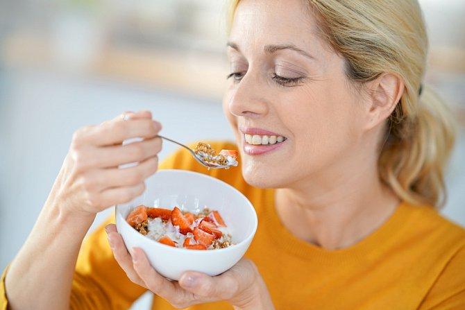 Při jídle nehltejte, jezte pomalu a poctivě žvýkejte.