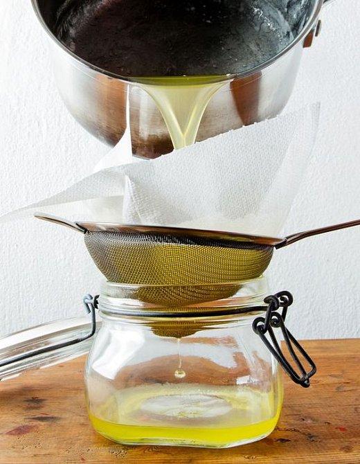 Máslo se musí přes plátno přecedit. Někdy i vícekrát.