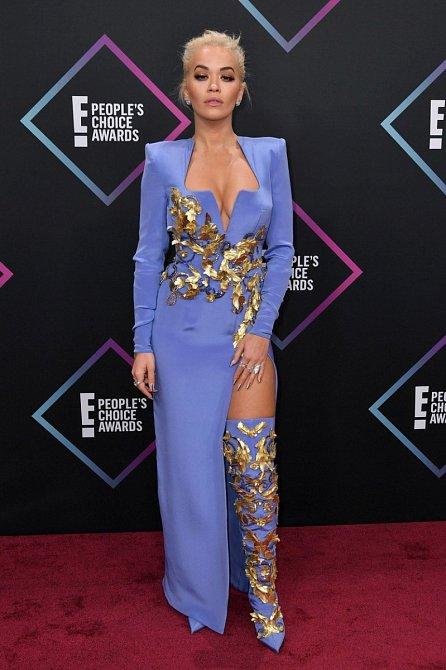 Čestný host Rita Ora si vzala modrozlatý model, který přitáhnul zraky všech návštěvníků.