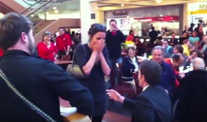 Tady se muž rozhodl svou vyvolenou požádat o ruku v nákupním centru...