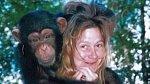 Charla Nash napadl šimpanz, kterého chovala její přítelkyně. Zvíře jménem Travis se na nebohou ženu vrhlo silou, která je 6x větší než u člověka. Přivolaná policie zneškodnila běsnícího primáta, ovšem nepodařilo se zachránit ...