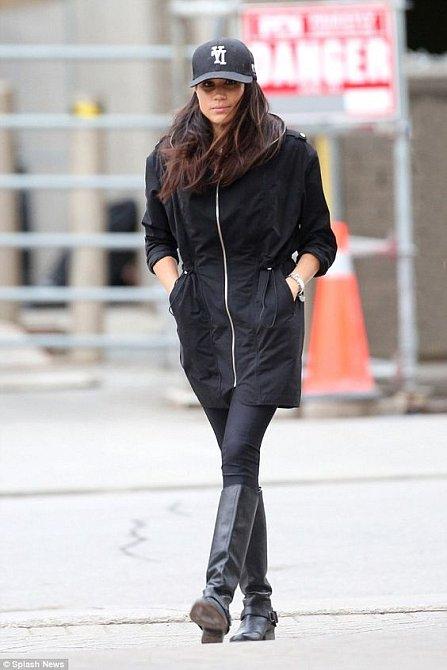 Ještě než se stala Vévodkyní ze Sussexu, nosila Meghan ráda sportovnější styl. Dlouhá bunda, džíny, kozačky. To stačilo.