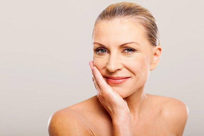 Líčení by mělo především chránit pleť a nechat vyniknout vaši přirozenou krásu. Neprodyšné vrstvy make-upu pokožku naopak ničí. A večer se nezapomínejte důkladně odličovat!