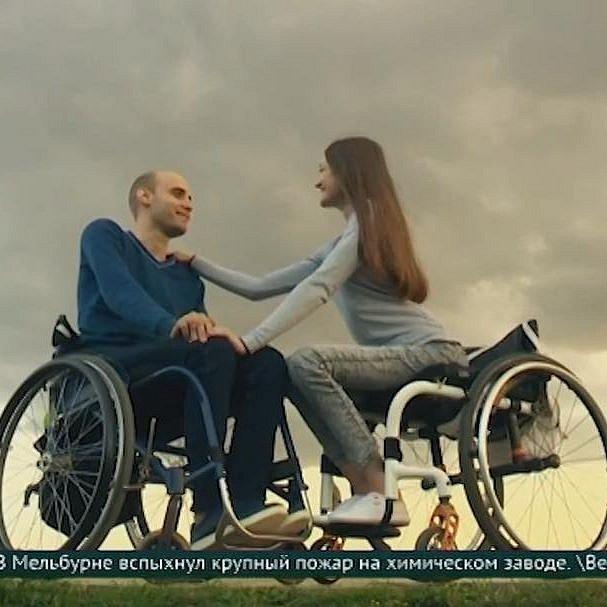 Invalidní vozík není pro ruský pár překážkou.