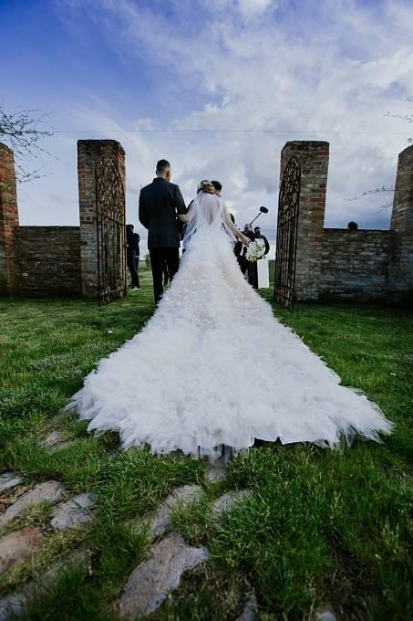 Romana měla na svatbě krásné šaty