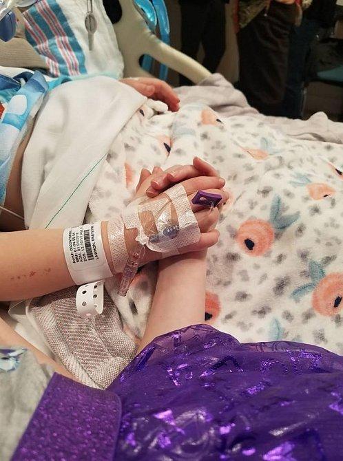 Ally Parker svírá ruku své dcery.