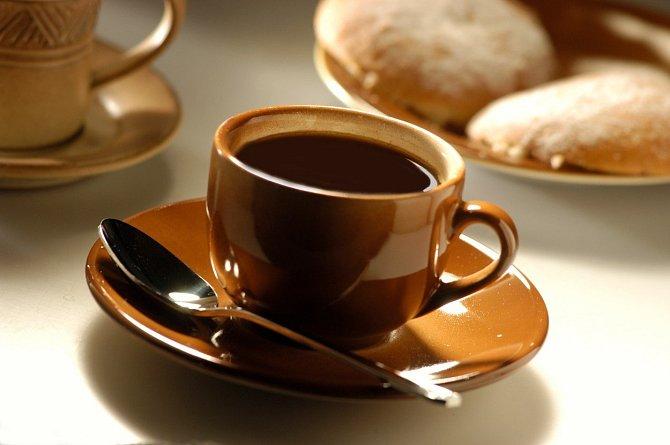 Potřebujete dobít energii? Káva začíná fungovat až 20 minut po vypití. Dejte si kávu, natáhněte se na 15-20 minut a vzbudíte se plni energie.