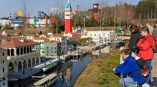 <p>Německý Legoland je vystaven z 50 milionů kostiček.</p>