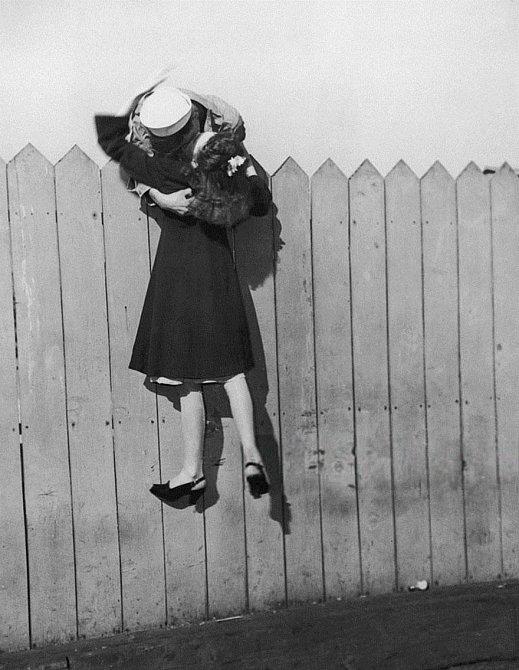 15. Námořník naklánějící se přes plot naposledy v objetí se svou dívkou, 1945
