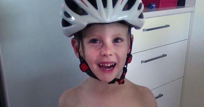 Dnes je Jamie úplně zdravý sedmiletý kluk, který si užívá dětství se svými sourozenci a milujícími rodiči.