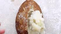 Po upečení brambory rozřízněte a vydlabejte vnitřek tak, že neporušíte strany brambory.