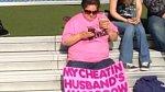 A další transparent odhalující manželovu nevěru.