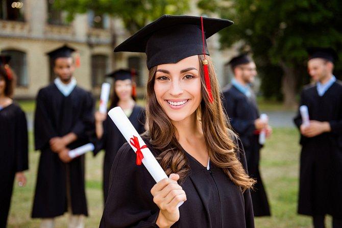 Kromě jména a kontaktních údajů do životopisu uveďte dosažené vzdělání, případně absolvované kurzy a stáže.