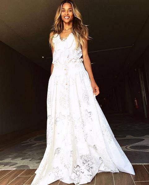Ciara ve svém modelu, který oblékla po obřadu.