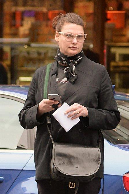 Linda Evangelista v současnosti - v ulicích New Yorku s pořádnými kily navíc je skoro k nepoznání