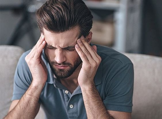 Jedním ze symptomů může být bolest hlavy