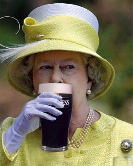 Občas whiskey, občas pivo. To je prý jeden z královniných receptů na dlouhověkost.
