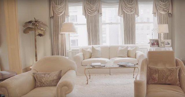 V obývacím pokoji tráví Kim hodně času četbou.