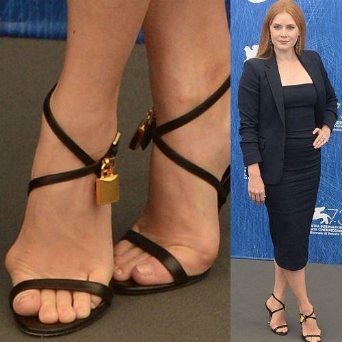 Amy Adams boty skutečně nesedí.