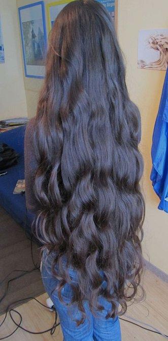 Rozkošné vlnité vlasy.