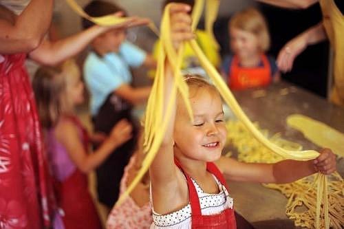 Kurz vaření pro děti? Ano! Děti tam zžijí spoustu zábavy a ještě se naučí něco nového.