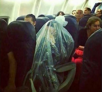 5. Tento pasažér své okolí hodně vyděsil. Nakonec se ale zjistilo, že se v igelitovém pytli nachází židovský rabín, který se takto snažil dodržet jistá pravidla své víry.