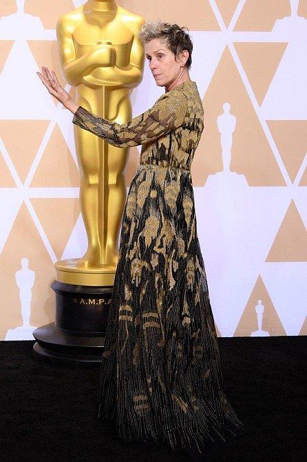Frances McDormand je žena, která si s ničím hlavu neláme a taky má doma nového naleštěného Oscara. Gratulujeme!
