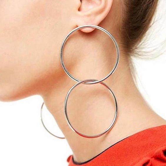 Kruhové náušnice se vrací do módy.
