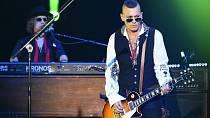 Depp není jen dobrý herec, je také nadšeným muzikantem, v současnosti je na tour s hudebním seskupením The Hollywood Vampires, ve kterém hraje na kytaru.