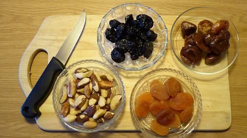 Trpíte-li zácpou, lékař vám nejspíš doporučí sušené meruňky, švestky a fíky. Vláknina v nich obsažená opravdu pomáhá!