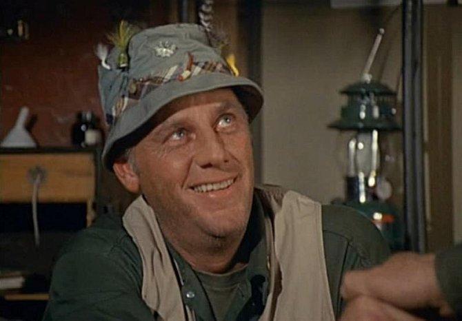 McLean Stevenson: Představitel plukovníka (ve skutečnosti má hodnost podplukovníka) Henryho Blakea si zahrál v mnoha televizních seriálech a v roce 1974 vyhrál Zlatý glób. Zemřel v únoru 1996 v šesedáti osmi letech na srdeční záchvat.